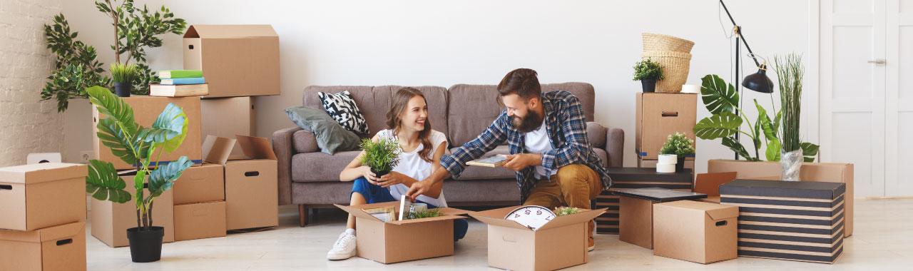 Junges Paar räumt neue Wohnung ein