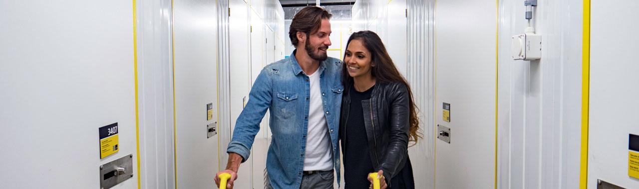 Verliebtes Paar im Self Storage Gebäude