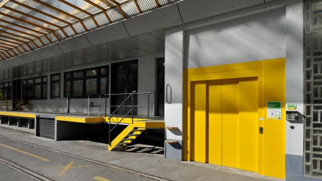 Eingang mit Laderampe und Lift